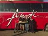 Team mit Modellbus der südamerikanischen Busfans
