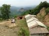an-unserem-rastplatz-mit-blick-auf-den-sandsteinfelsen-von-maijishan-in-den-grotten-gehauen-sind