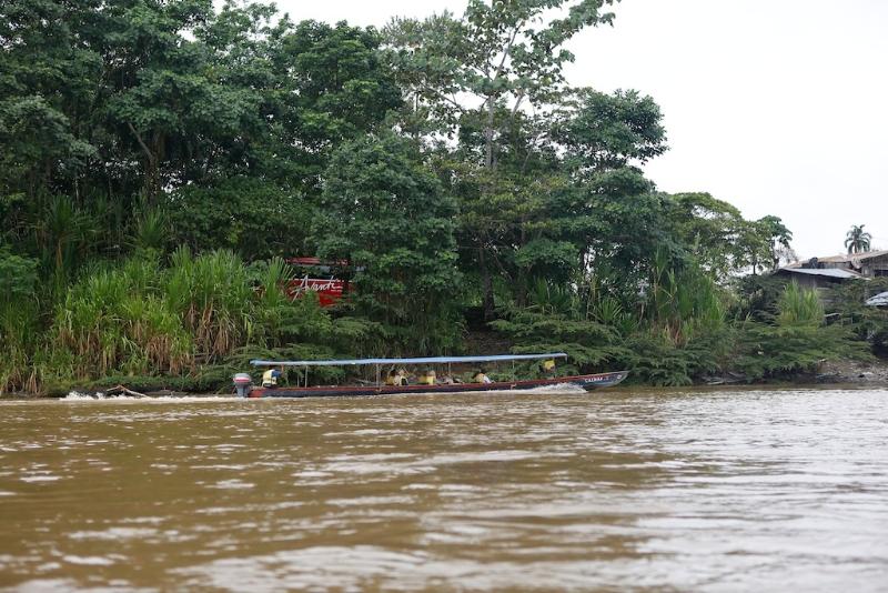 Mit dem Boot geht´s zum Hotel - unser Bus wird sicher (bewacht) abgestellt (bei Tena - Amazonastiefland)
