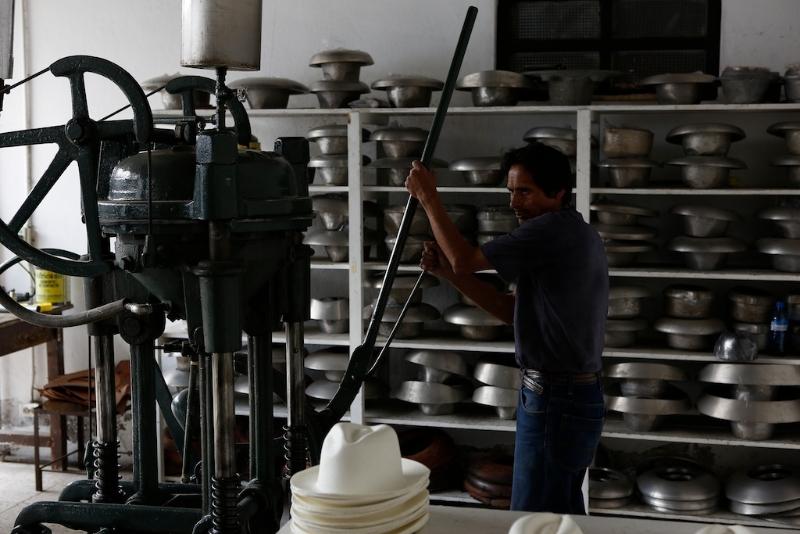 In Cuenca (Ecuador) besuchen wir die Hersteller der berühmten Panamahüte.