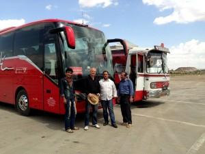 Busfahrer auf dem Parkplatz der Pilgerstadt Ghom unter sich  HP