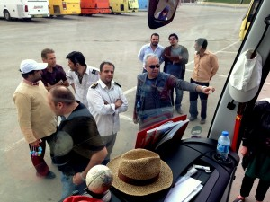 iranische Busfahrer bewundern unseren Bus HP